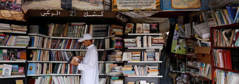 کتب چهره های علمی و دینی انقلابی و متاخر ایران دیده نمی شود/ رمان ها پرفروش هستند